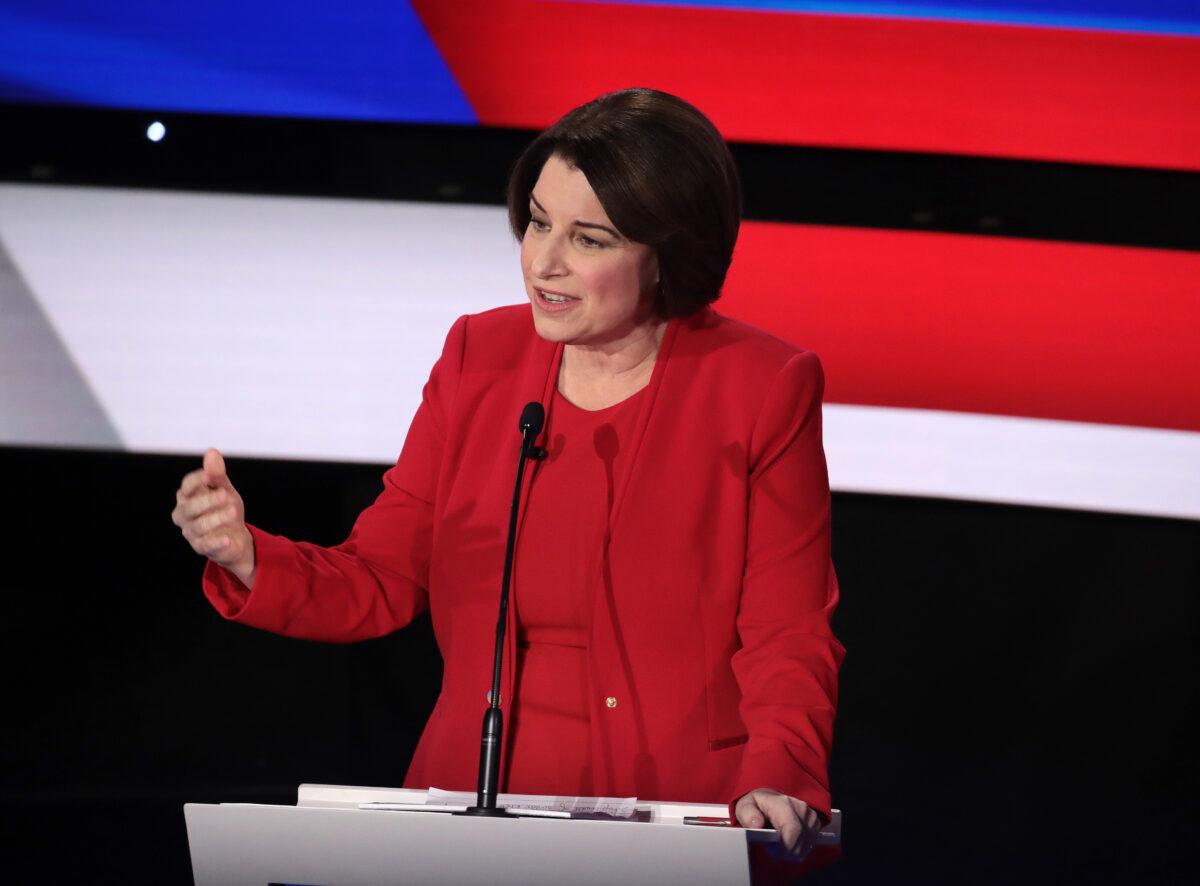A senadora Amy Klobuchar (D-Minn.) fala durante o debate primário presidencial democrata na Drake University, em Des Moines, Iowa, m em 14 de janeiro de 2020 (Scott Olson / Getty Images)