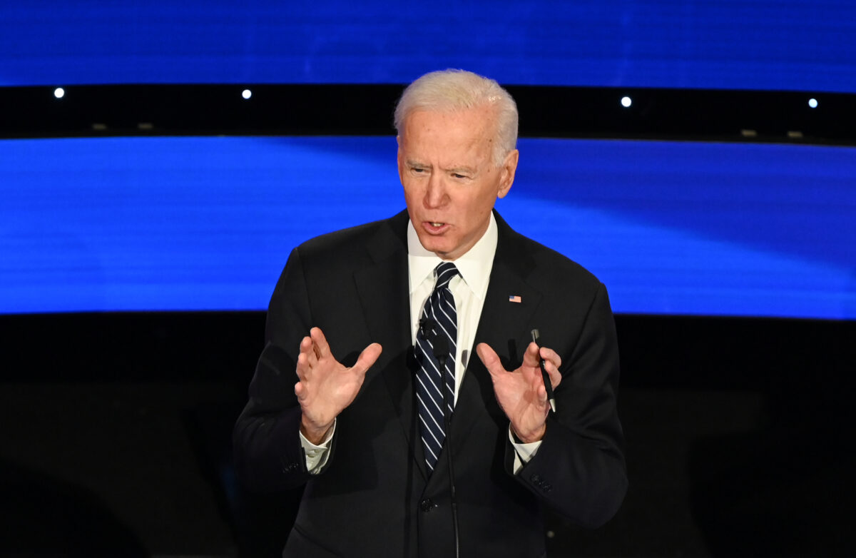 O ex-vice-presidente Joe Biden, candidato democrata à presidência , fala durante o sétimo debate nas primárias democratas da temporada de campanhas presidenciais de 2020 no campus da Drake University em Des Moines, Iowa, em 14 de janeiro de 2020 (Robyn Beck / AFP via Getty Images)