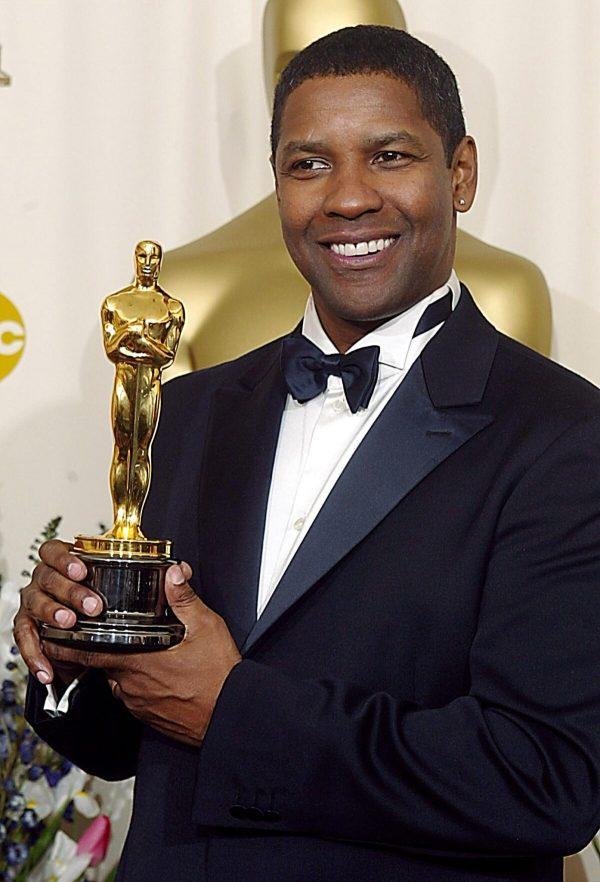 """Washington ganhou seu Oscar depois de ganhar o prêmio de """"Melhor ator de papel principal"""" por """"Dia de treinamento"""" no 74º Oscar, em 24 de março de 2002 (MIKE NELSON / AFP via Getty Images)"""