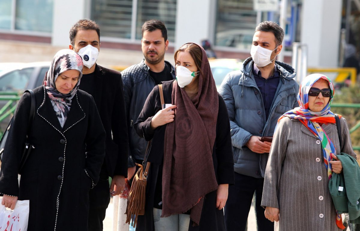 Iranianos, alguns usando máscaras de proteção, aguardam para atravessar uma rua na capital Teerã em 22 de fevereiro de 2020 (Atta Kenare / AFP via Getty Images)