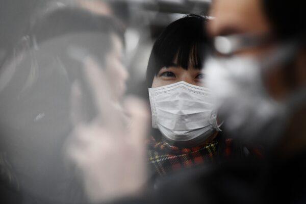 Passageiros usam máscaras no metrô em Tóquio, em 8 de fevereiro de 2020 (Charly Triballeau / AFP via Getty Images)