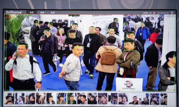 Una pantalla muestra a los visitantes filmados por cámaras de seguridad de Inteligencia Artificial