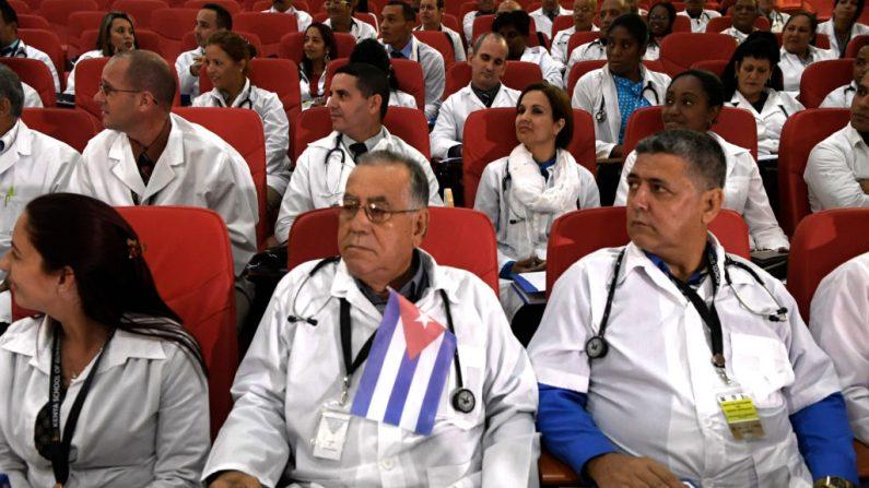 Cerca de 100 médicos cubanos seguem os procedimentos de início de seu programa no Quênia em 11 de junho de 2018 em Nairóbi (SIMON MAINA / AFP / Getty Images)