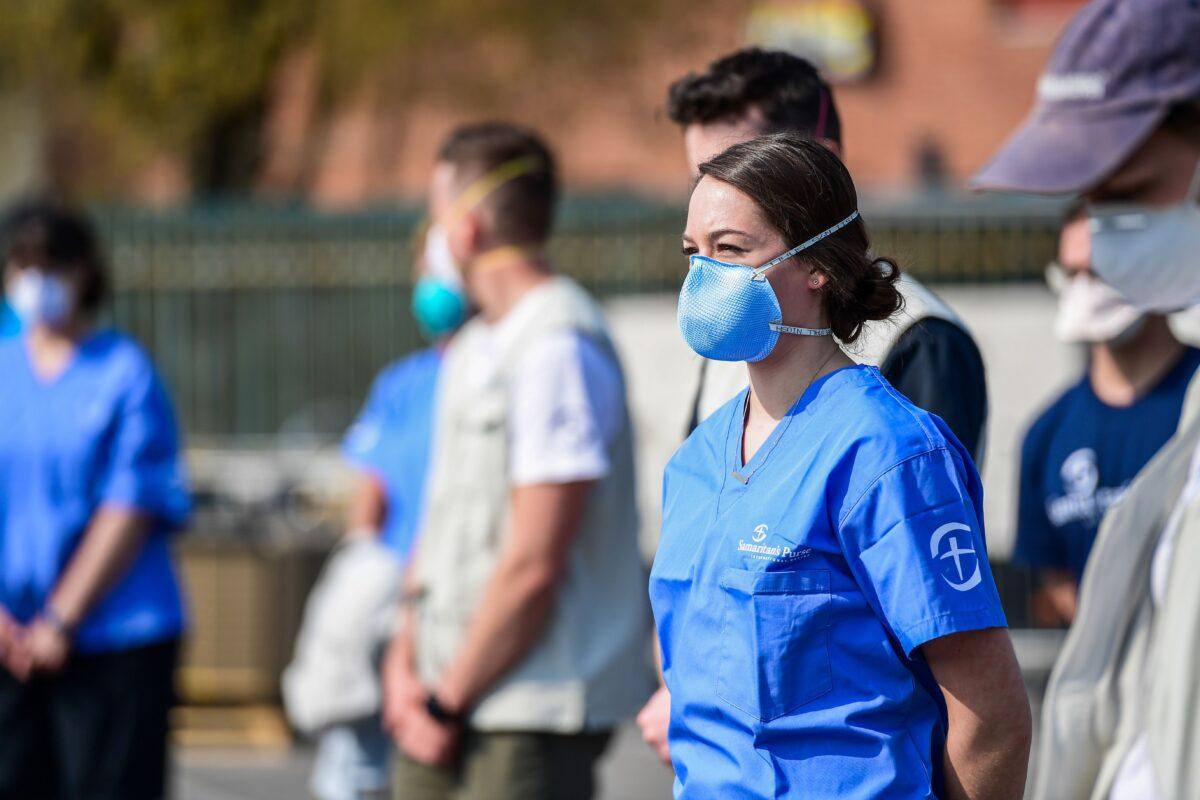 Voluntários em um hospital de campanha recentemente operado para pacientes com coronavírus em Cremona, sudeste de Milão, em 20 de março del 2020 (Miguel Medina / AFP via Getty Images)