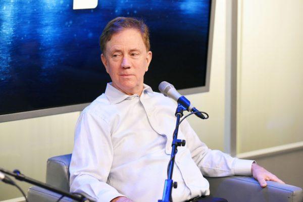 """O governador de Connecticut, Ned Lamont, fala durante a série """"Making A Leader"""" da SiriusXM Business Radio nos estúdios da SiriusXM em Nova Iorque em 20 de dezembro de 2019 (Bonnie Biess / Getty Images para SiriusXM)"""