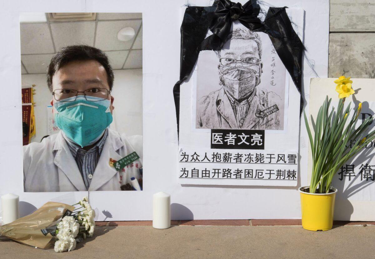 Um memorial ao Dr. Li Wenliang, que denunciou o vírus do PCC originário de Wuhan, na China, e que causou a morte do médico lá, fotografado fora do campus da UCLA em Westwood, Califórnia, em 15 de fevereiro de 2020 (Mark Ralston / AFP via Getty Images)
