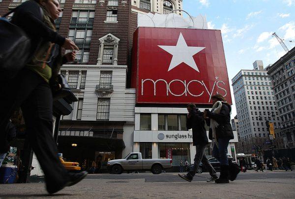 Pedestres passam pela loja da Macy's em 7 de fevereiro de 2008, na cidade de Nova Iorque (Spencer Platt / Getty Images)