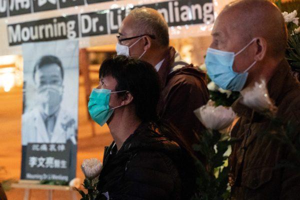 Pessoas participam de uma vigília em Hong Kong para em homenagem ao Dr. Li Wenliang em 7 de fevereiro de 2020 (Anthony Kwan / Getty Images)