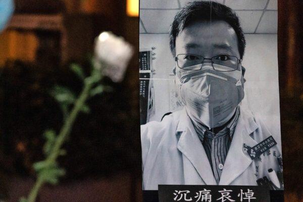 Pessoas assistem a uma vigília de luto pelo Dr. Li Wenliang em Hong Kong em 7 de fevereiro de 2020. Li foi um dos oito médicos punidos pela polícia chinesa por informar o público sobre o surto precoce do vírus do PCC (Anthony Kwan / Getty Images)