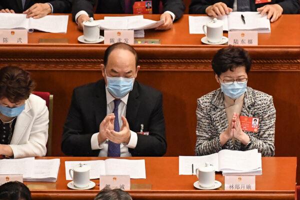 A diretora executiva de Hong Kong, Carrie Lam (R), e a executiva-chefe de Macau Ho Iat Seng (C) participam da sessão de abertura do Congresso Nacional do Povo (NPC) no Grande Salão do Povo, em Pequim, em 22 de maio de 2020 (LEO RAMIREZ / AFP via Getty Images)