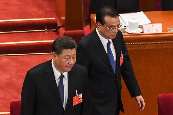 O líder chinês Xi Jinping (à esquerda) e o premiê Li Keqiang (à esquerda) chegam para a sessão de abertura do Congresso Nacional do Povo (NPC) no Grande Salão do Povo em Pequim em 22 de maio de 2020 (LEO RAMIREZ / AFP via Getty Images)
