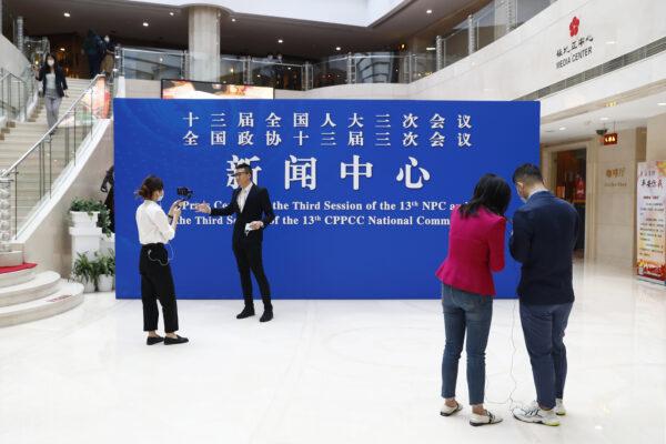 Jornalistas se reúnem no Media Center, um prédio onde o News Center de Lianghui está localizado, em Pequim, China, em 20 de maio de 2020 (Thomas Peter - Pool / Getty Images)
