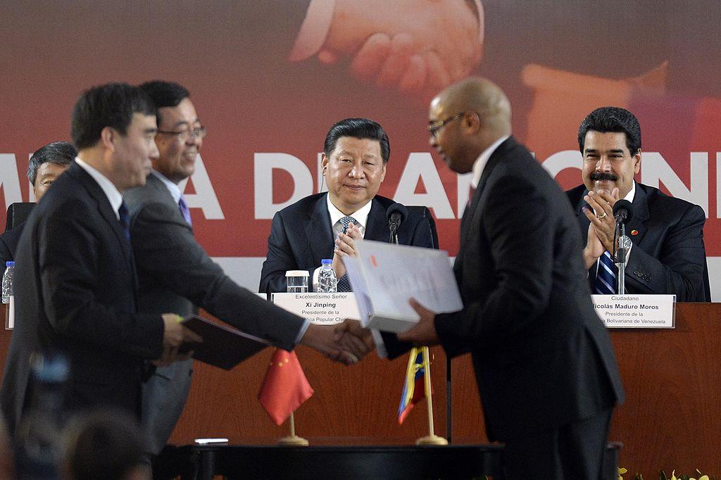 Nicolás Maduro (R) e o líder do regime chinês Xi Jinping (3-direita) durante uma cerimônia de assinatura de acordos, em Caracas, em 21 de julho de 2014 (LEO RAMIREZ / AFP / Getty Images)