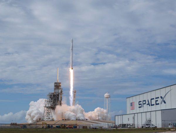 O foguete Falcon 9 da SpaceX, com a aeronave Dragon a bordo, é lançado da plataforma 39A no Kennedy Space Center da NASA em 3 de junho de 2017 em Cape Canaveral, Flórida (Bill Ingalls / NASA via Getty Images)