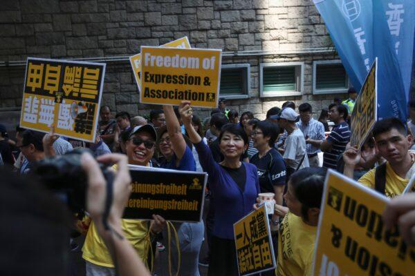Manifestantes marcham durante uma manifestação contra o Artigo 23 e à proibição à liberdade de associação em Hong Kong em 21 de julho de 2018 (VIVEK PRAKASH / AFP via Getty Images)
