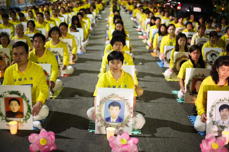 Praticantes de Falun Gong exigindo que o ex-presidente chinês Jiang Zemin seja levado à justiça em uma vigília à luz velas frente ao Consulado da China em Los Angeles no dia 15 de outubro de 2015, dedicada àqueles mortos durante 16 anos de perseguição na China (Benjamin Chasteen/Epoch Times)