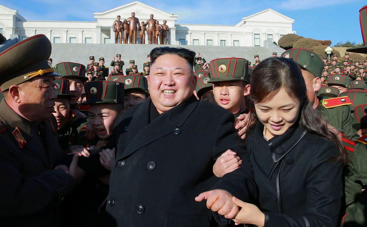 Foto tirada pela agência de notícias norte-coreana KCNA (Agência Central de Notícias da Coreia) mostra o líder norte-coreano Kim Jong-Un (centro) e sua esposa Ri Sol-Ju (2º direita) visitando a Escola Revolucionária Mangyongdae em Pyongyang para plantar árvores com os alunos em um dia de plantio de árvores em 2 de março de 2017 (AFP / Getty Images)
