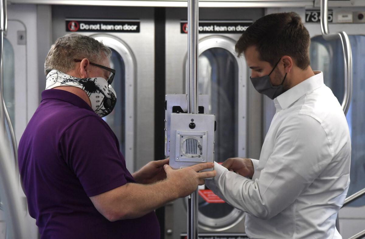 Demonstração da tecnologia de desinfecção UV em uma instalação de manutenção na cidade de Nova York em 19 de maio de 2020 (Marc A. Hermann / MTA New York City Transit)