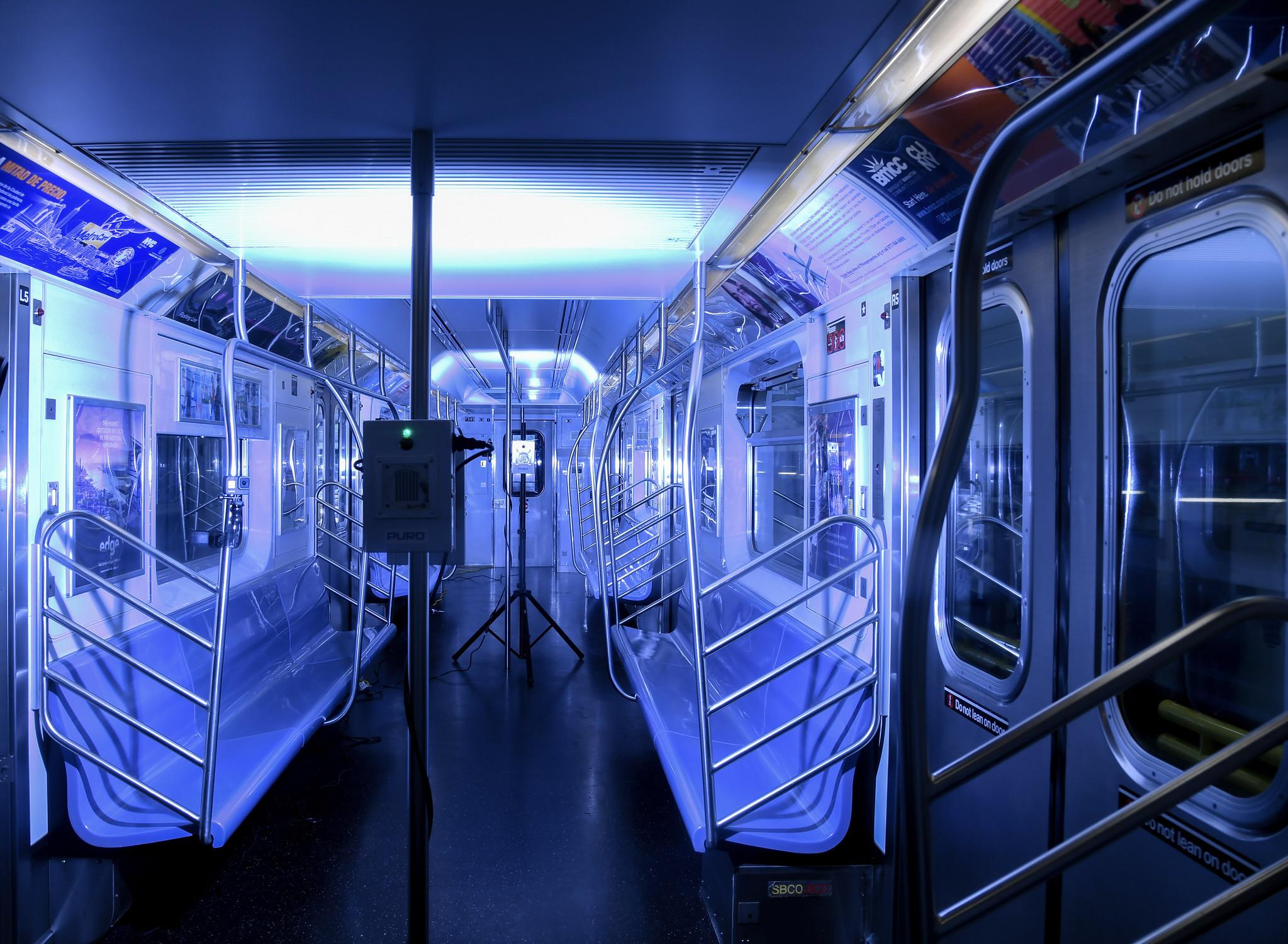 Demonstração da tecnologia de desinfecção UV em uma instalação de manutenção na cidade de Nova Iorque em 19 de maio de 2020 (Marc A. Hermann / MTA New York City Transit)