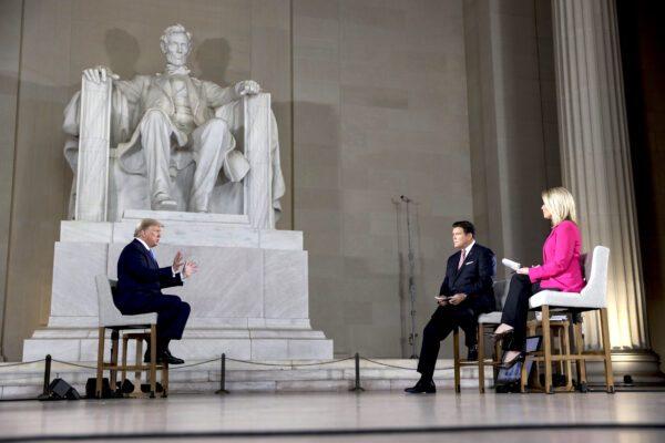O presidente Donald Trump fala com as âncoras Bret Baier e Martha MacCallum durante uma prefeitura virtual dentro do Lincoln Memorial em Washington em 3 de maio de 2020 (Oliver Contreras-Pool / Getty Images)