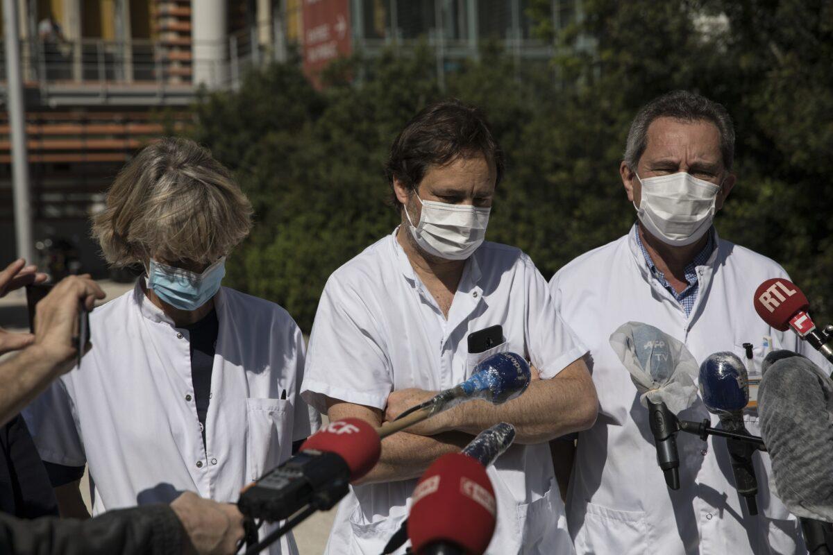 Os cientistas trabalham em um laboratório testando amostras de COVID-19 no departamento de saúde da cidade de Nova Iorque, durante o surto do vírus do PCC na cidade de Nova Iorque, em 23 de abril de 2020 (Brendan McDermid / Reuters)