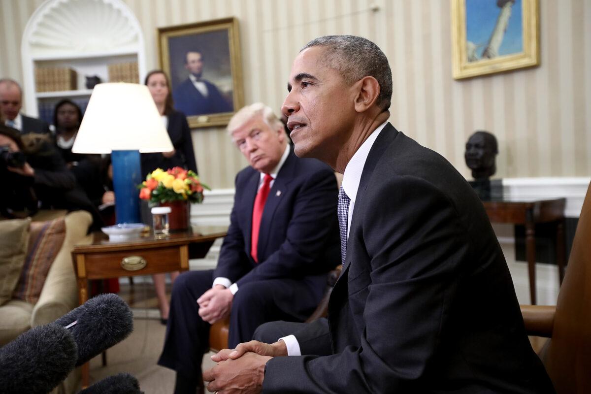 O presidente eleito Donald Trump ouve o presidente Barack Obama falar durante uma reunião no Salão Oval em Washington em 10 de novembro de 2016 (Saul Loeb / Pool / Getty Images)
