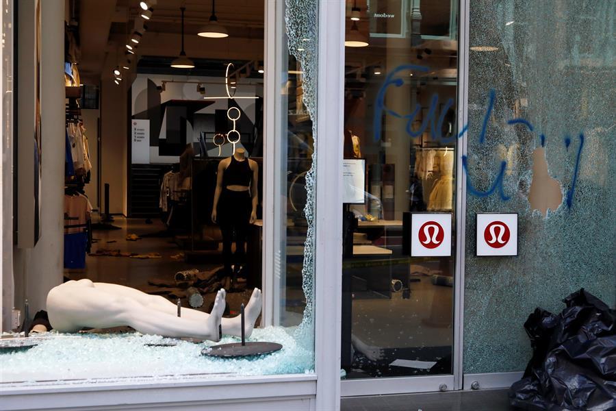 As janelas quebradas da loja Lululemon Athletica são vistas no SOHO após os violentos protestos na noite de 31 de maio de 2020 pela morte de George Floyd, em Nova Iorque, EUA, em 1º de junho de 2020 (EFE / EPA / JASON SZENES)