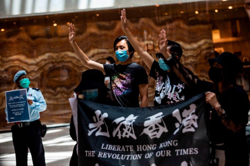 """Manifestantes pró-democracia se reúnem durante um comício """"Lunch With You"""" em um shopping no distrito central de Hong Kong em 1º de junho de 2020 (Issac Lawrence / AFP via Getty Images)"""