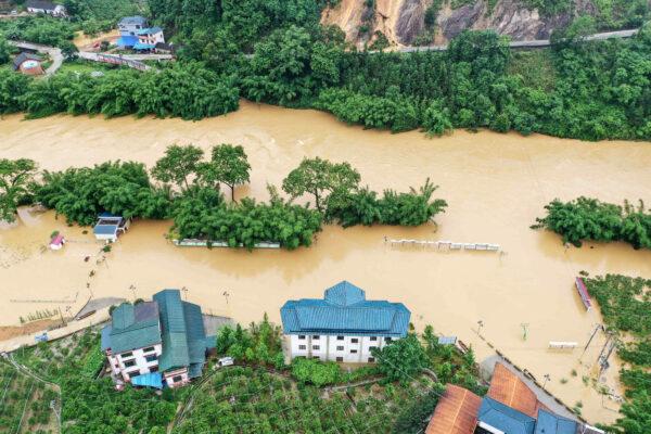 Campos e edifícios inundados submergiram em Rongan, na região sul de Guangxi, na China, em 10 de junho de 2020 (STR / AFP via Getty Images)