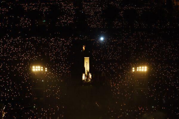 Participantes seguram velas enquanto a estátua da Deusa da Democracia (centro) é vista em Victoria Park, Hong Kong, em 4 de junho de 2017, durante uma vigília à luz de velas para marcar o 28o aniversário do massacre de Tiananmen em 1989 em Pequim (Anthony Wallace / AFP via Getty Images)