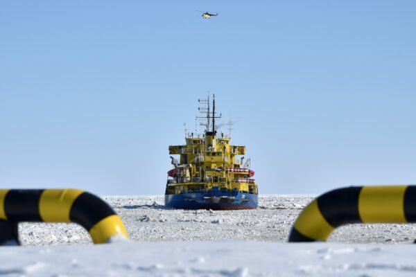 O quebra-gelo Tor no porto de Sabetta, na costa do mar de Kara, na península de Yamal, no círculo ártico, a cerca de 2.400 quilômetros de Moscou, em 16 de abril de 2015 (Kirill Kudryavtsev / AFP via Getty Images)
