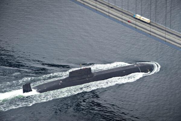 O submarino nuclear russo Dmitrij Donskoj navega sob a ponte Great Belt entre Jyutland e Fun através das águas dinamarquesas, perto de Korsor, em 21 de julho de 2017 (Michael Bager / AFP via Getty Images)