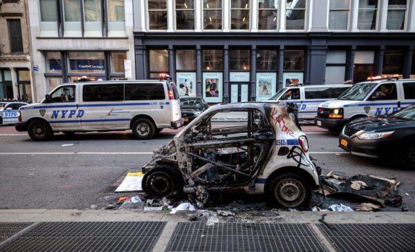 Um carro da polícia de Nova Iorque destruído é visto após uma noite de protesto em Lower Manhattan, na cidade de Nova Iorque, em 1º de junho de 2020 (Johannes Eisele / AFP via Getty Images)