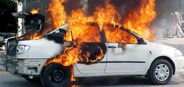Uma foto de arquivo de um carro em chamas (STRDEL / AFP via Getty Images)