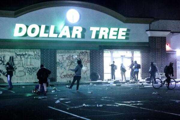 Uma loja da Dollar Tree é invadida e saqueada perto da 5ª Delegacia de Polícia de Minneapolis durante a quarta noite de protestos e violência após a morte de George Floyd, em Minneapolis, Minnesota, em 29 de maio de 2020 (Charlotte Cuthbertson / The Epoch Times)