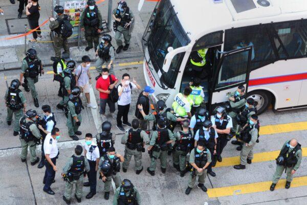 Manifestantes são presos pela polícia local em Mong Kok, Hong Kong, em 28 de junho de 2020 (Song Bilung / Epoch Times)