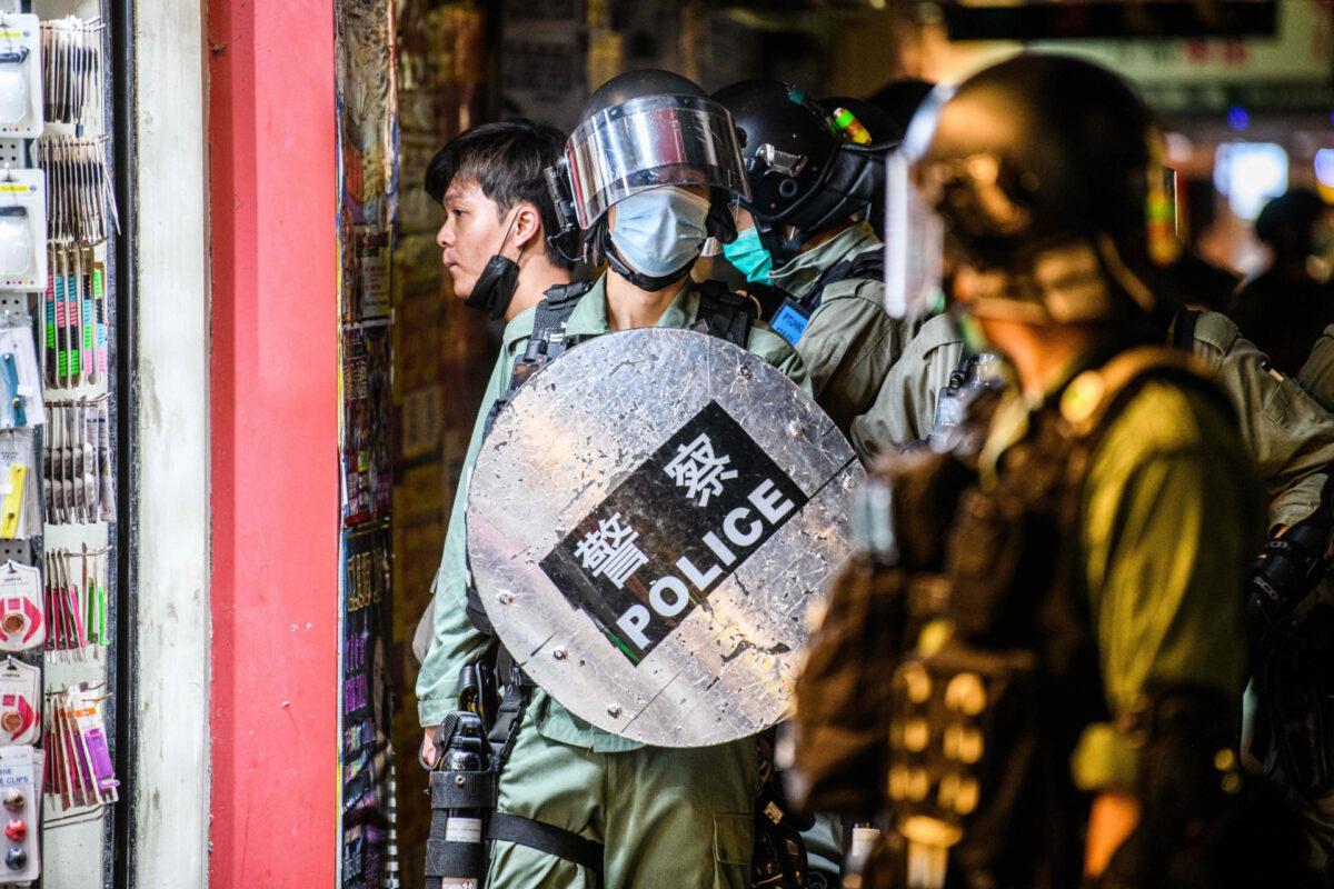 A polícia prende um homem enquanto manifestantes pró-democracia se reúnem no distrito de Causeway Bay, em Hong Kong, em 12 de junho de 2020 (Anthony Wallace / AFP via Getty Images)