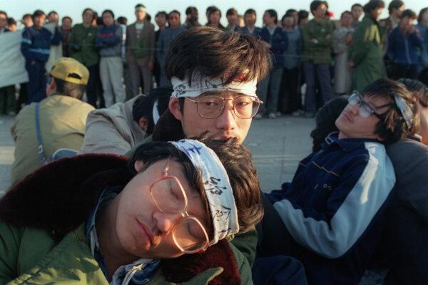 Os grevistas estudantis da Universidade de Pequim relaxam enquanto várias centenas de estudantes iniciam uma greve de fome ilimitada como parte dos protestos pró-democracia em massa contra o governo chinês na Praça Tiananmen em 14 de maio de 1989 (Catherine Henriette / AFP via Getty Images)