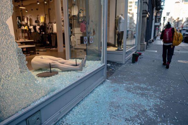 Uma loja saqueada e destruída é vista após uma noite de protestos em Minneapolis, na Baixa Manhattan, em Nova York, em 1º de junho de 2020. (Johannes Eisele / AFP via Getty Images)