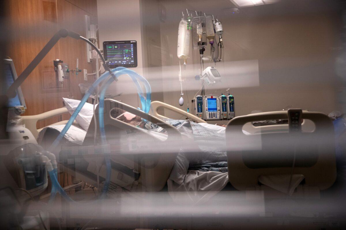 Os tubos de respiração ficam ao lado de um homem com COVID-19 em um respirador na Unidade de Terapia Intensiva do Hospital Stamford, Connecticut, em 24 de abril de 2020. (John Moore / Getty Images)