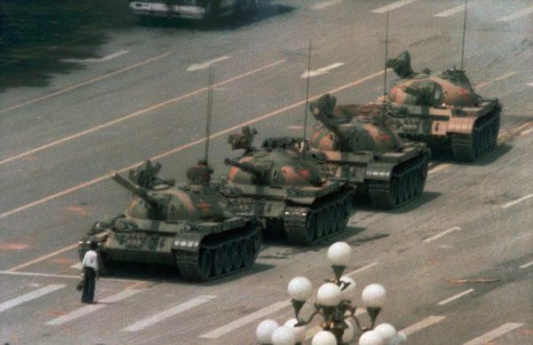 Um chinês tenta bloquear sozinho para uma linha de tanques que se dirige para o leste na Changan Blvd de Pequim em 5 de junho de 1989 (Foto AP / Jeff Widener, arquivo)