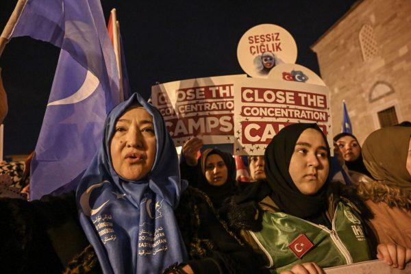 Apoiadores da minoria muçulmana uigur uigur da China agitam a bandeira do Turquestão Oriental e seguram faixas em Istambul, Turquia, em 20 de dezembro de 2019. (Ozan Kose / AFP via Getty Images)