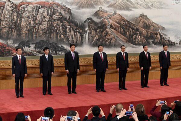 O Comitê Permanente do Politburo do Partido Comunista Chinês, principal órgão de decisão do país (da esquerda para a direita): Han Zheng, Wang Huning, Li Zhanshu, líder chinês Xi Jinping, primeiro-ministro Li Keqiang, Wang Yang e Zhao Leji se encontrou com a imprensa no Grande Salão do Povo em Pequim em 25 de outubro de 2017 (Wang Zhao / AFP via Getty Images)