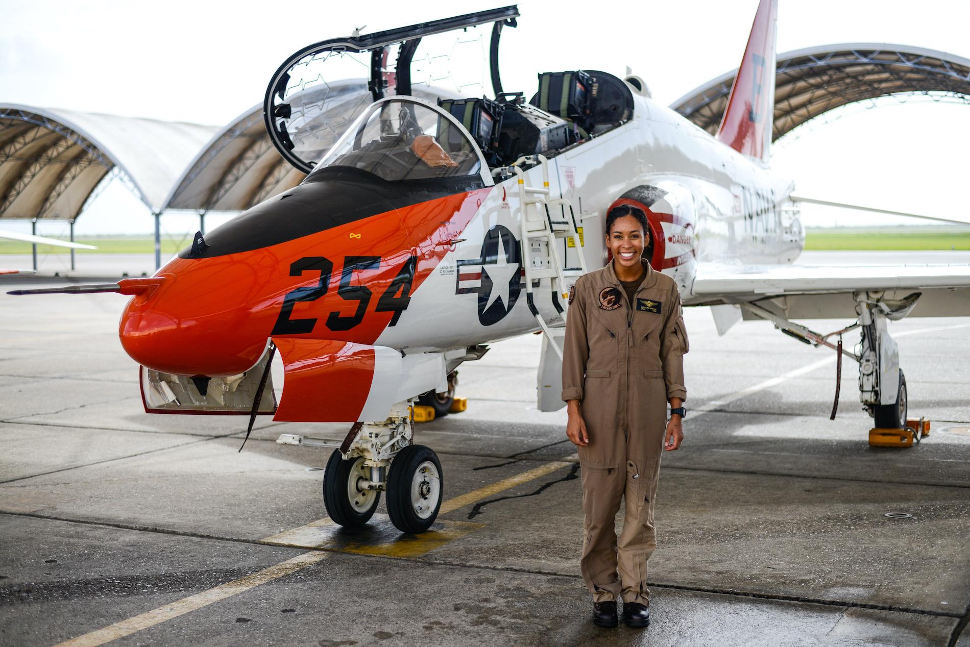 Estudante de aviação naval, tenente J.G. Madeline Swegle, designada para o Esquadrão de Treinamento 21 da Redhawks em Kingsville, Texas Naval Air Station, ao lado de uma aeronave de treinamento Goshawk T-45C (Tenente Luke Redito / Marinha dos Estados Unidos)
