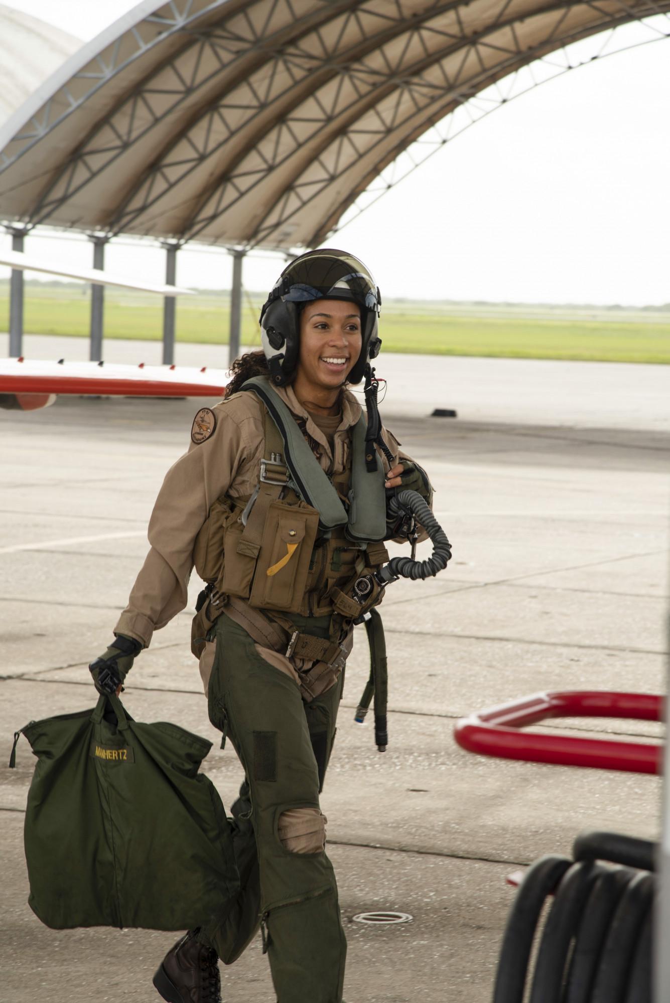 Estudante de aviação naval Lt. j.g. Madeline Swegle, designada para o Esquadrão de Treinamento 21 da Redhawks na Estação Aérea Naval de Kingsville, Texas, sai de uma aeronave de treinamento Goshawk T-45C (Anne Owens / Marinha dos Estados Unidos)