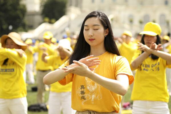 Praticantes do Falun Dafa realizam seus exercícios em Washington em uma foto de arquivo (Samira Bouaou / The Epoch Times)