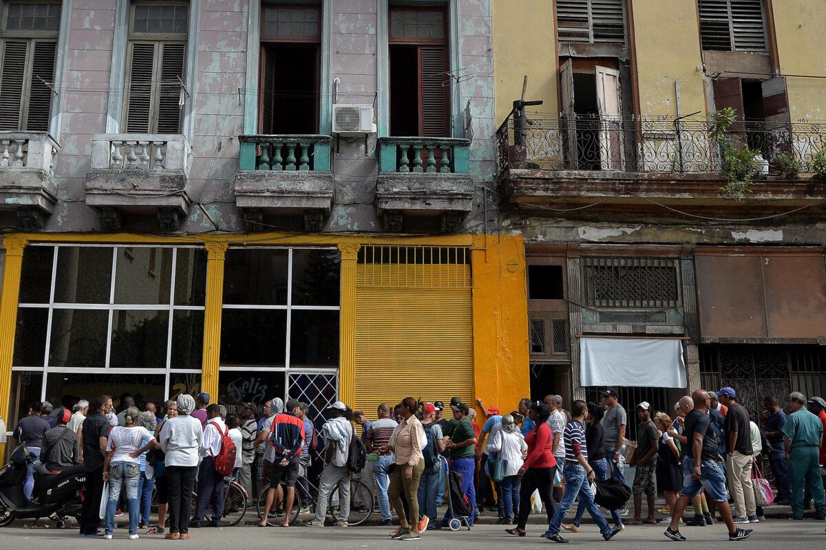 Dezenas de cubanos fazem fila na frente de uma padaria em Havana para comprar pão em 13 de dezembro de 2018 (Yamil Lage / AFP via Getty Images)