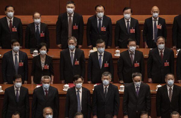 Delegados do Partido Comunista Chinês participam da conferência legislativa fantoche do regime em Pequim, China, em 28 de maio de 2020 (Kevin Frayer / Getty Images)