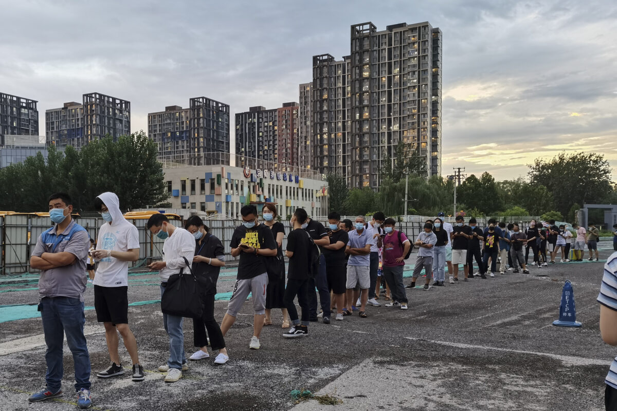 Pessoas esperam na fila para realizar os testes de zaragatoa de COVID-19 em uma estação de teste em Pequim em 6 de julho de 2020 (Lintao Zhang / Getty Images)