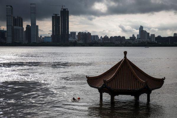 As inundações engolem um edifício ao longo do rio Yangtze em 6 de julho de 2020 em Wuhan, província de Hubei, China (Getty Images)